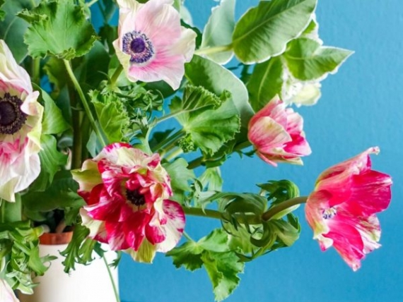 Anemones-with-greens-flower-arrangement-diy-scaled